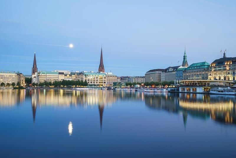Binnenalster in Hamburg mit Blick auf Kirchturmspitzen