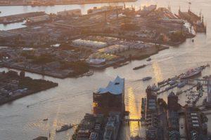 Elbphilharmonie und Blick auf Elbe in Hamburg von oben