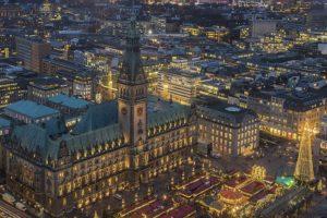 Hamburger Rathaus von oben mit Lichtern