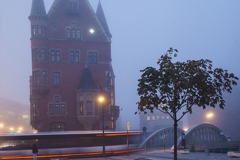Speicherstadt Hamburg bei Nacht und Nebel mit Führungen Hamburg