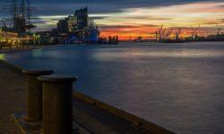 Blick auf Hafen und Elbphilharmonie bei Sonnenuntergang