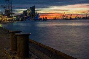 Blick auf Hafen und Speicherstadt Hamburg bei Dämmerung mit Führungen Hamburg