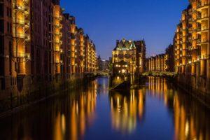 Speicherstadt Hamburg bei Abenddämmerung mit Kanal und Lichtern