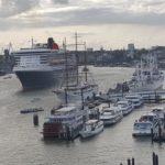 Blick auf Hamburger Hafen mit Schiffen und Kreuzfahrtschiff