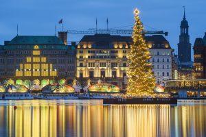 Blick auf beleuchtete Alstertanne bei Weihnachtstour mit Führungen Hamburg