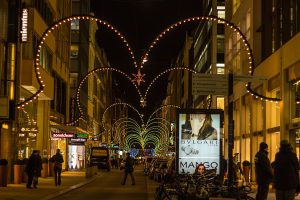 Neuer Wall mit Lichttorbögen bei der Weihnachtsmarkt-Tour von Führungen Hamburg